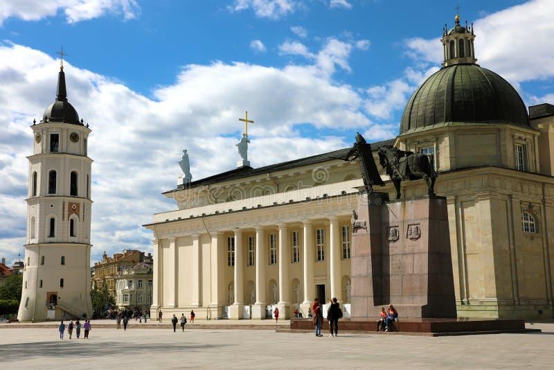 VILNA, LITUANIA - 7 DE JUNIO DE 2018: Cuadrado de la catedral con el monumento a Duke Gediminas magnífico, catedral de Vilna fotos de archivo libres de regalías