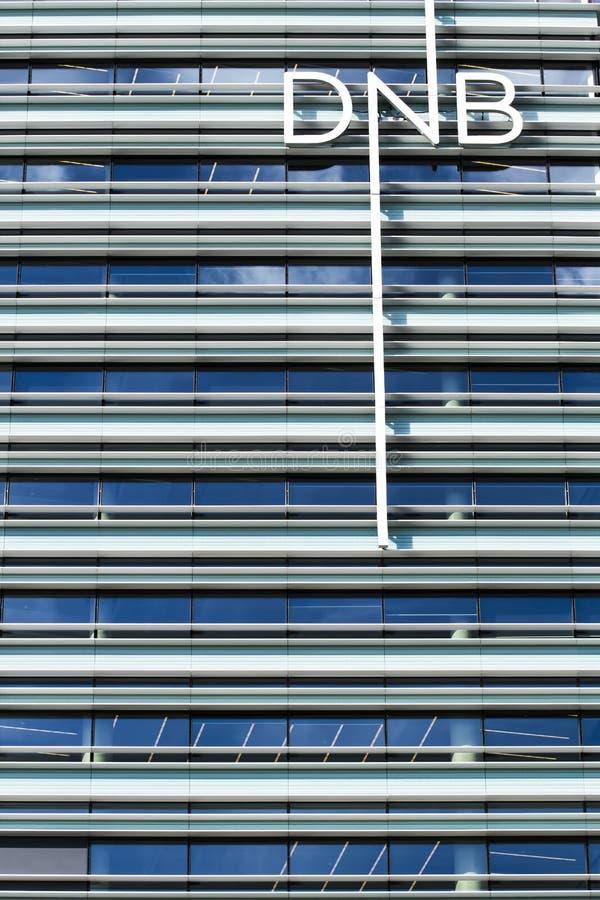 Vilna, Lituania - 29 de junio de 2016: Nuevo edificio de oficinas báltico del cierre noruego del banco de DNB para arriba fotografía de archivo libre de regalías