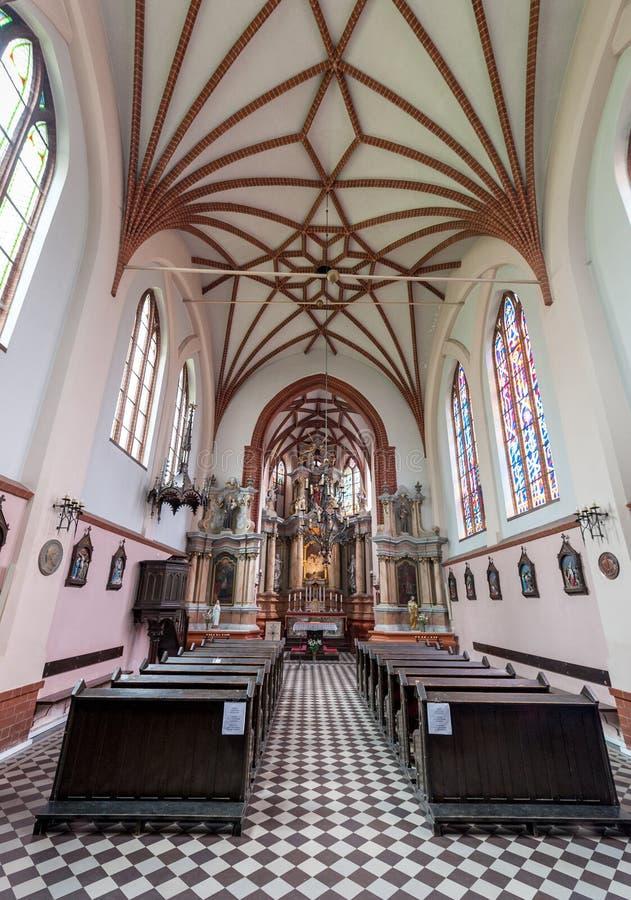 VILNA, LITUANIA - 28 DE JUNIO DE 2012: Interior de la iglesia de St Francis y de St Bernard, Vilna, Lituania foto de archivo libre de regalías