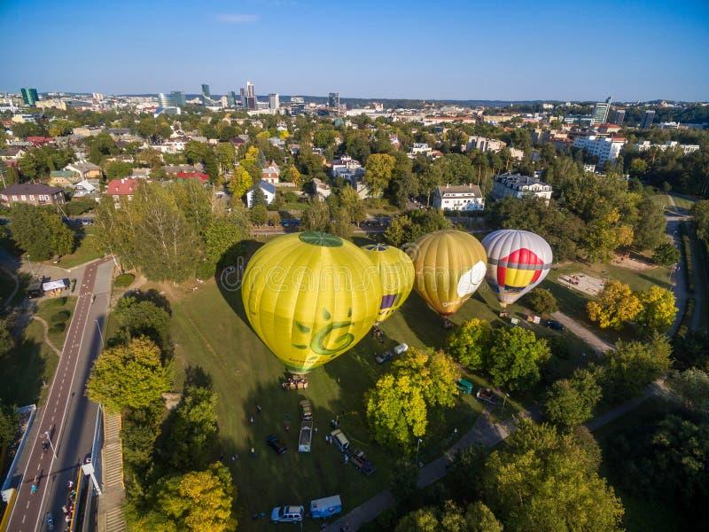 VILNA, LITUANIA - 20 DE SEPTIEMBRE DE 2018: Globos del aire caliente en Vilna listo para volar Ciudad vieja de Vilna en fondo lit imágenes de archivo libres de regalías