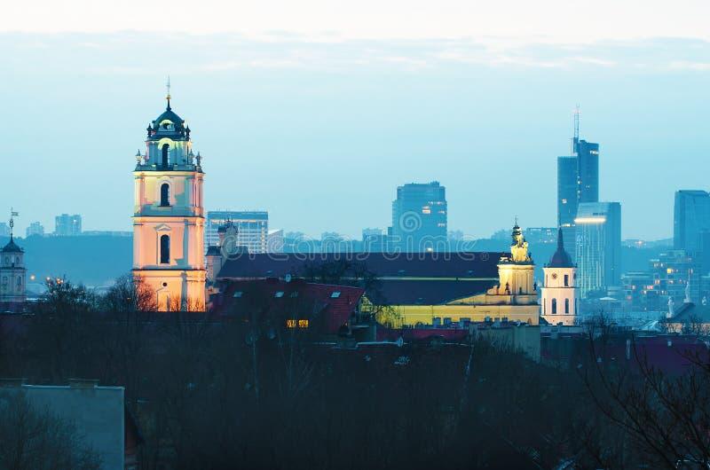 Vilna, Lituania en la noche fotos de archivo libres de regalías