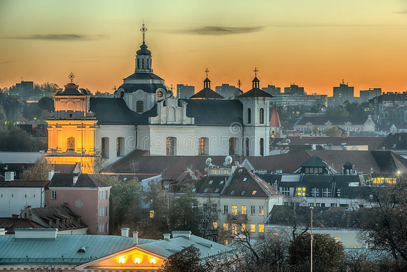 Vilnius, Λιθουανία: Εκκλησία του ιερού πνεύματος στο ηλιοβασίλεμα στοκ εικόνα