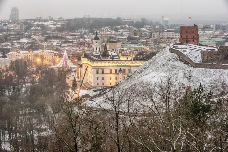 Vilnius, Λιθουανία: εναέρια άποψη της παλαιών πόλης, του χριστουγεννιάτικου δέντρου και των διακοσμήσεων στο τετράγωνο καθεδρικών στοκ εικόνα
