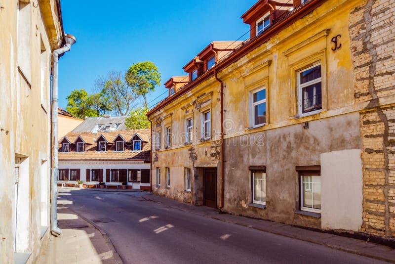 Vilnius, Λιθουανία - 10 Μαΐου 2018: Μικρή κενή οδός σε Uzupis, παλαιά πόλη Vilnius, Λιθουανία στοκ εικόνα με δικαίωμα ελεύθερης χρήσης