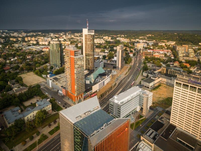 VILNIUS, ΛΙΘΟΥΑΝΙΑ - 13 ΑΥΓΟΎΣΤΟΥ 2018: Εμπορικό κέντρο Vilnius με το δήμο πόλεων στο υπόβαθρο Λιθουανία ουρανός θυελλώδης στοκ φωτογραφία με δικαίωμα ελεύθερης χρήσης