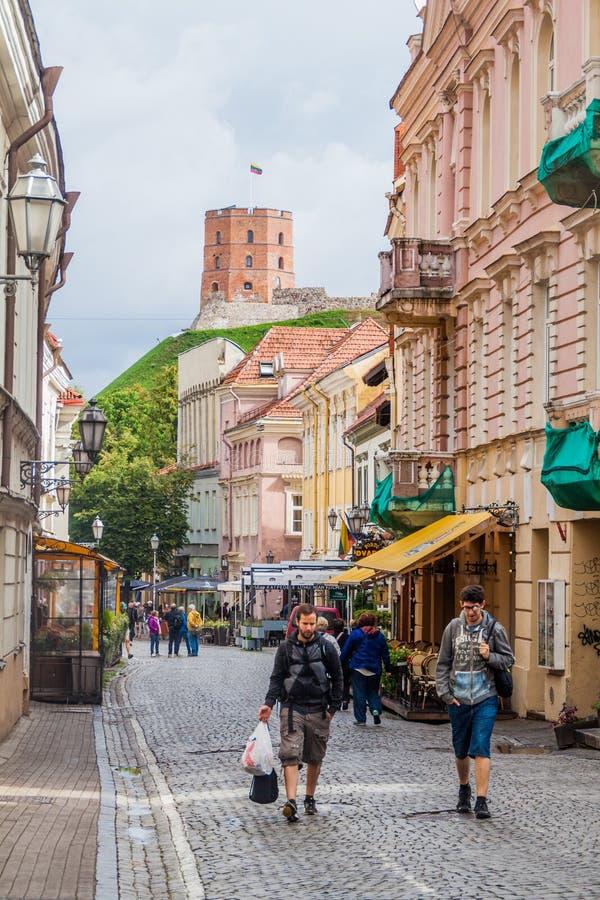 VILNIUS, ΛΙΘΟΥΑΝΙΑ - 15 ΑΥΓΟΎΣΤΟΥ 2016: Το στενό η οδός και ο πύργος Gediminas Gedimino σε Vilnius, Λιθουανία, μέρος στοκ φωτογραφία με δικαίωμα ελεύθερης χρήσης