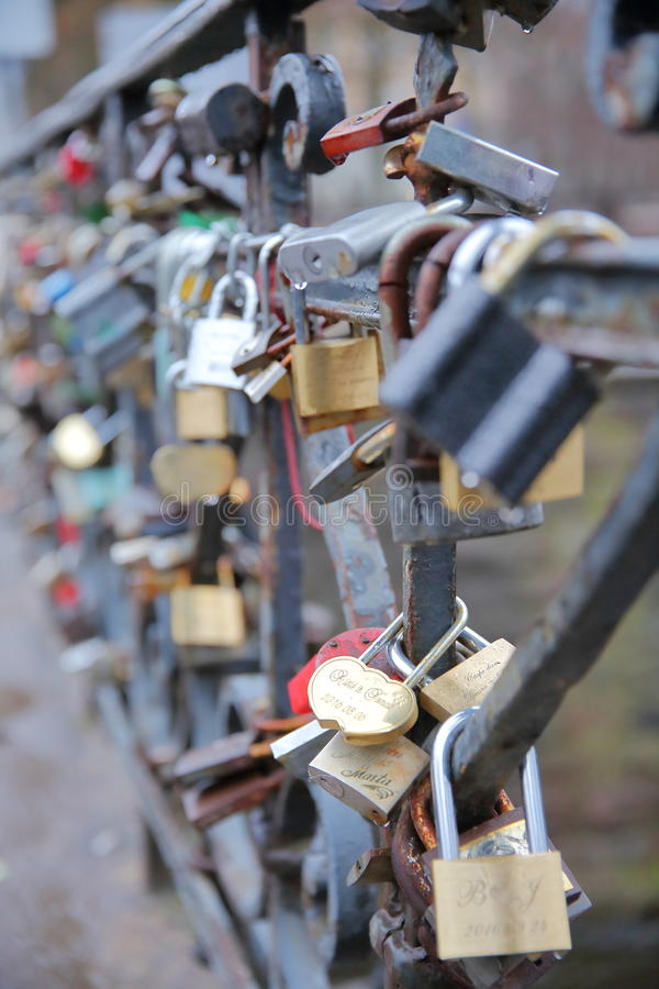 VILNIUS, ΛΙΘΟΥΑΝΙΑ - 2 ΙΑΝΟΥΑΡΊΟΥ 2017: Λουκέτα αγάπης σε μια γέφυρα πέρα από τον ποταμό Vilnia σε Uzupis στοκ εικόνες με δικαίωμα ελεύθερης χρήσης
