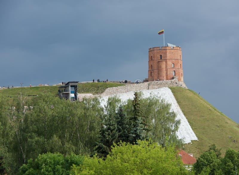 VILNIUS, ΛΙΘΟΥΑΝΙΑ - 6 ΙΟΥΛΊΟΥ: Πόλη Vilnius και άποψη κάστρων Gediminas στις 6 Ιουλίου 2016, Vilnius, Λιθουανία Πανοραμική άποψη στοκ φωτογραφία