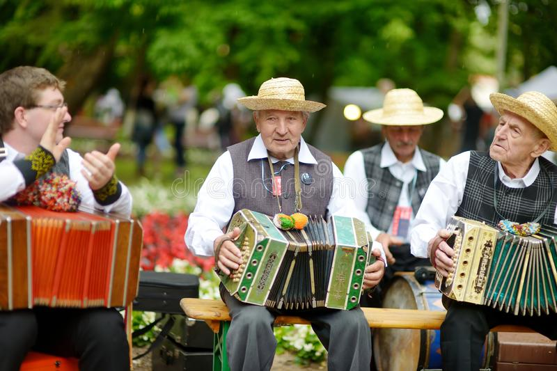 VILNIUS, ΛΙΘΟΥΑΝΙΑ - 5 ΙΟΥΛΊΟΥ 2014: Συμμετέχοντες του φεστιβάλ τραγουδιού της Λιθουανίας, του ογκωδών παραδοσιακών τραγουδιού κα στοκ εικόνα
