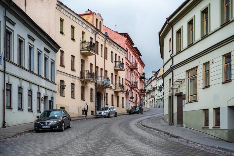 VILNIUS, ΛΙΘΟΥΑΝΙΑ - 26 ΙΟΥΝΊΟΥ 2018: Περιοχή Uzupis Vilnius και μοναδική αρχιτεκτονική Οδός με τα οχήματα στοκ εικόνες με δικαίωμα ελεύθερης χρήσης
