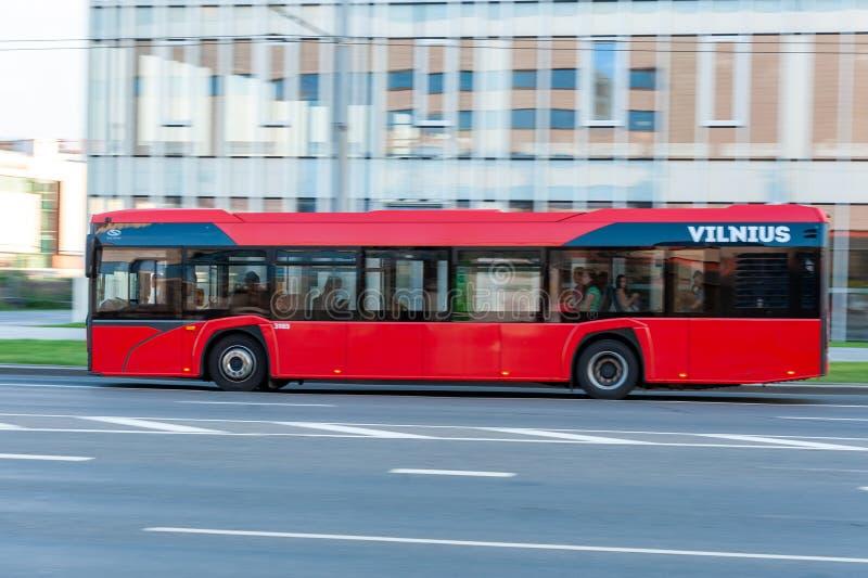 VILNIUS, ΛΙΘΟΥΑΝΙΑ - 12 ΣΕΠΤΕΜΒΡΊΟΥ 2018: Λεωφορείο και κυκλοφορία δημόσιων συγκοινωνιών πόλεων Vilnius Μουτζουρωμένο υπόβαθρο λό στοκ εικόνες
