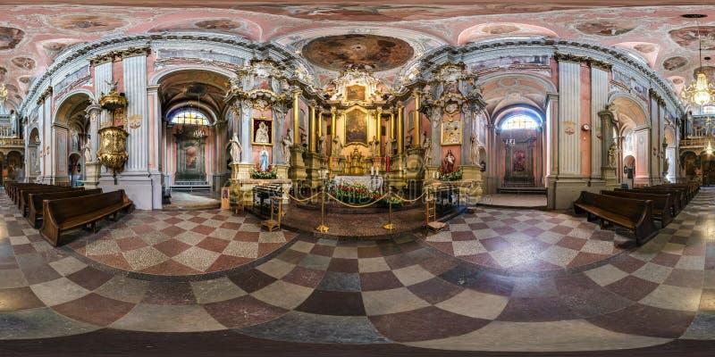 VILNIUS, ΛΙΘΟΥΑΝΙΑ - ΤΟ ΜΆΙΟ ΤΟΥ 2019: πλήρες άνευ ραφής σφαιρικό πανόραμα 360 βαθμοί άποψης η εσωτερική μπαρόκ καθολική ιερή Τερ στοκ φωτογραφία με δικαίωμα ελεύθερης χρήσης