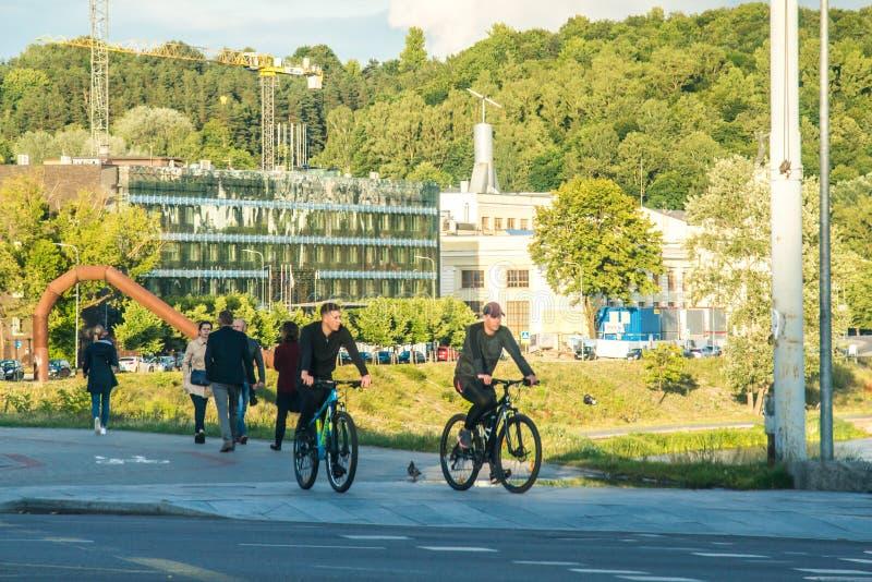 Vilnius, capital da Lituânia, pessoas andando de bicicleta imagens de stock royalty free