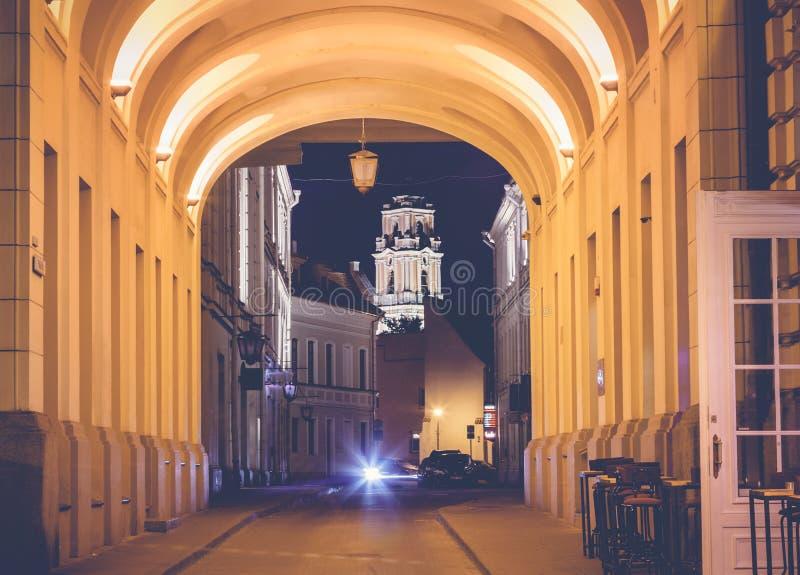 Vilnius, de hoofdstad van Litouwen bij zonsondergang, straat in histo stock fotografie