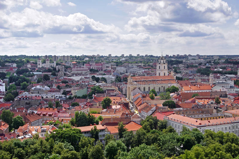 Vilnius gammal stadpanorama. royaltyfri foto
