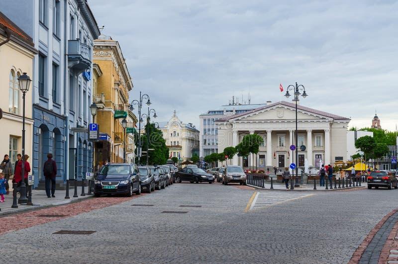Vilnius, gata Didzioji och sikt av stadshuset och stadshuset royaltyfri foto