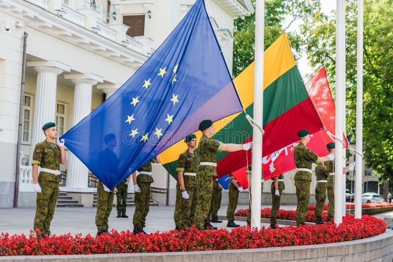 VILNIUS, LITAUEN - 22. AUGUST 2018: Europ-Union Jack und litauische Flaggen, die sich oben um litauische Soldaten in Daukantas-Qu stockfotos