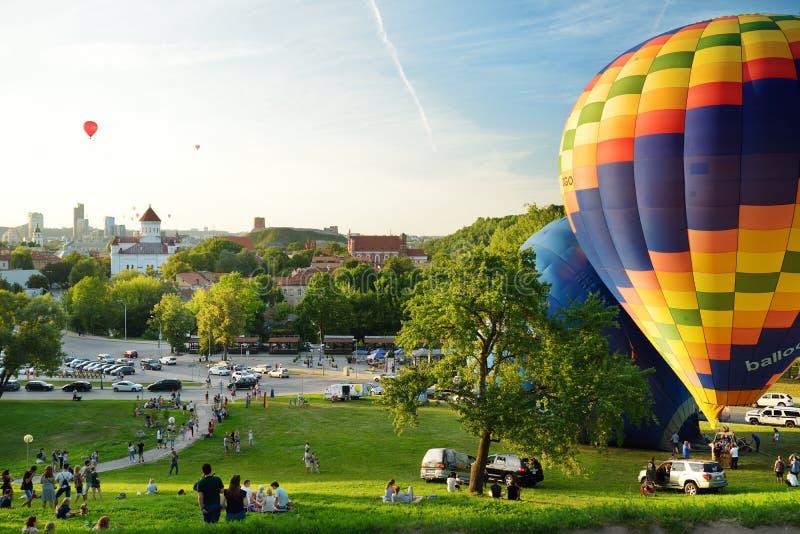 VILNIUS LITAUEN - AUGUSTI 15, 2018: Färgrika ballonger för varm luft som tar av i gammal stad av den Vilnius staden på solig somm royaltyfri foto