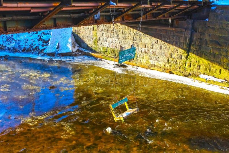 Vilnius, Litauen - 6. Januar 2017: Vilnele-Fluss, der hinter Uzupis-Bezirk, eine Nachbarschaft in Vilnius, Litauen fließt lizenzfreies stockfoto