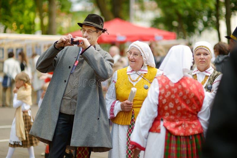 VILNIUS, LITAUEN - 5. JULI 2014: Teilnehmer des Litauen-Lied-Festivals, enormes traditionelles Lied- und Tanzfestival lizenzfreies stockbild