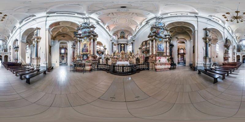 VILNIUS LITAUEN - MAJ 2019: Full sfärisk sömlös hdripanorama 360 grader metar inom inre av den gamla barocka katoliken royaltyfri foto