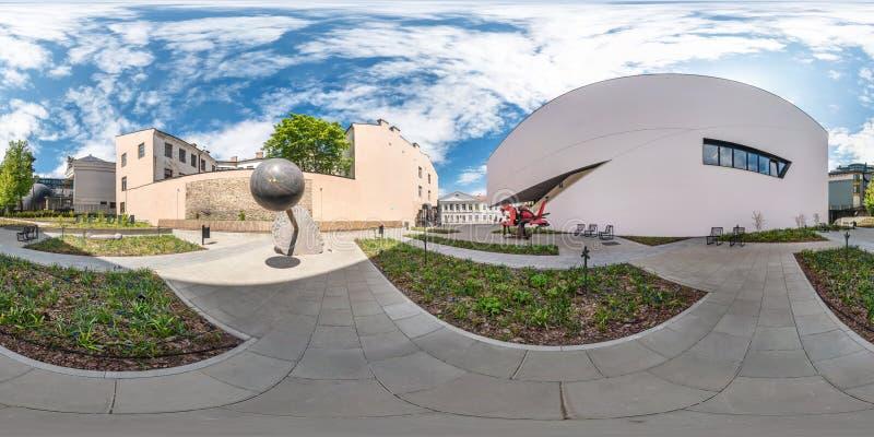 VILNIUS LITAUEN - MAJ, 2019: Full sf?risk s?ml?s panorama 360 grader metar n?ra fasad av krokig modern byggnad med royaltyfri fotografi