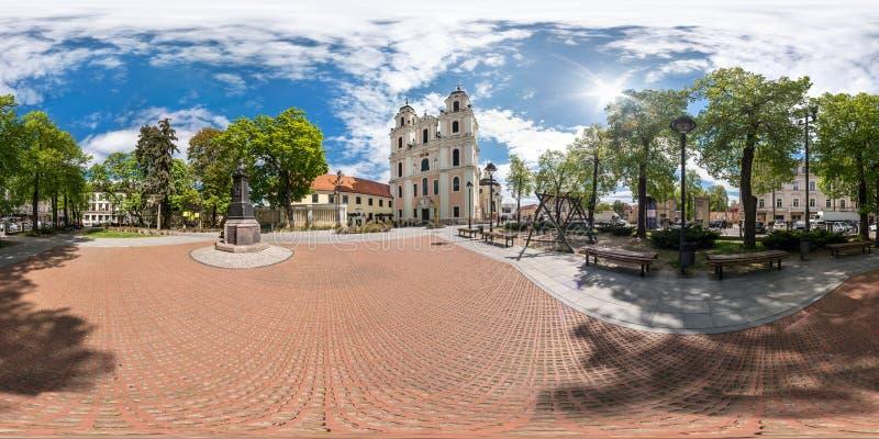 VILNIUS LITAUEN - MAJ, 2019: Full sf?risk s?ml?s panorama 360 grader metar p? central fyrkant av den gamla staden med kyrkligt oc arkivbild