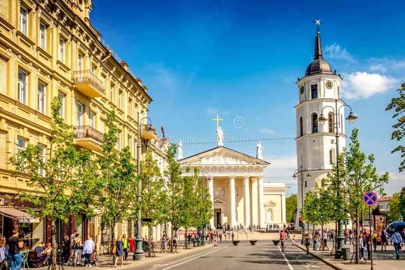 Vilnius Litauen - Maj 1, 2018: Sikt till den Vilnius stadsgatan - Gedimino aveny, Vilnius domkyrka och klockatorn med royaltyfri bild