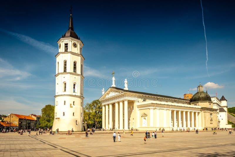 Vilnius Litauen - Maj 1, 2018: Sikt till den Vilnius stadsgatan - Gedimino aveny, Vilnius domkyrka och klockatorn med royaltyfri fotografi