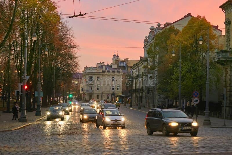 Vilnius Litauen - November 5, 2017: Trafikera trafik på stadsgator i aftonen royaltyfria bilder