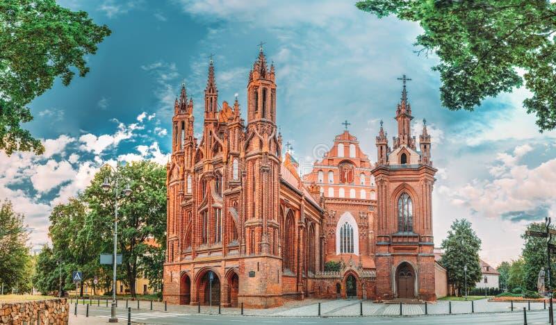 Vilnius, Litauen Panoramablick von Roman Catholic Church Of St Anne And Church Of St Francis And St Bernard In alt stockbild
