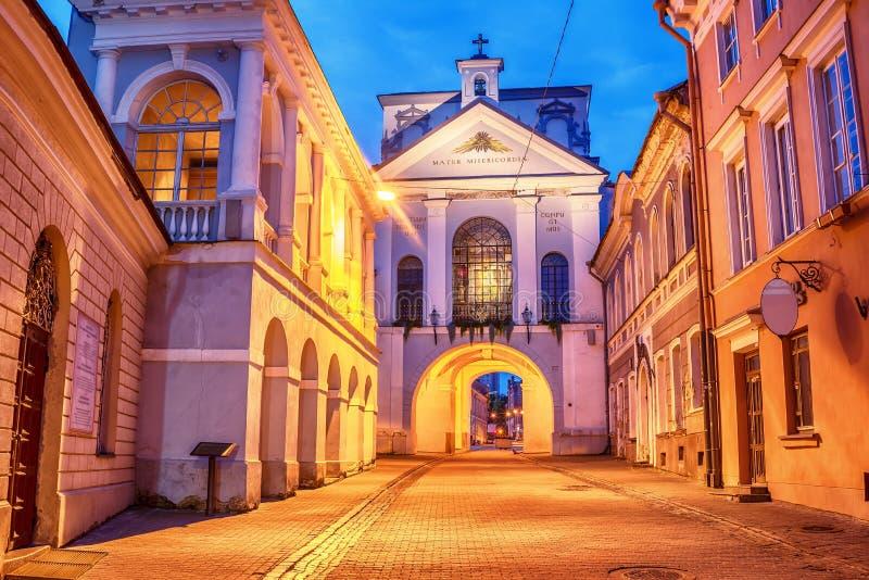 Vilnius Litauen: porten av gryning, litauiska Ausros, Medininku vartai, polsk Ostra Brama i soluppgången arkivbilder