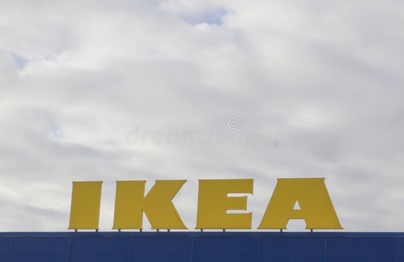 VILNIUS, LITAUEN - 18. September 2016: Das Ikea-Logo gegen Himmel an Speicher Vilnius Ikea ist der größten Welt stockfoto