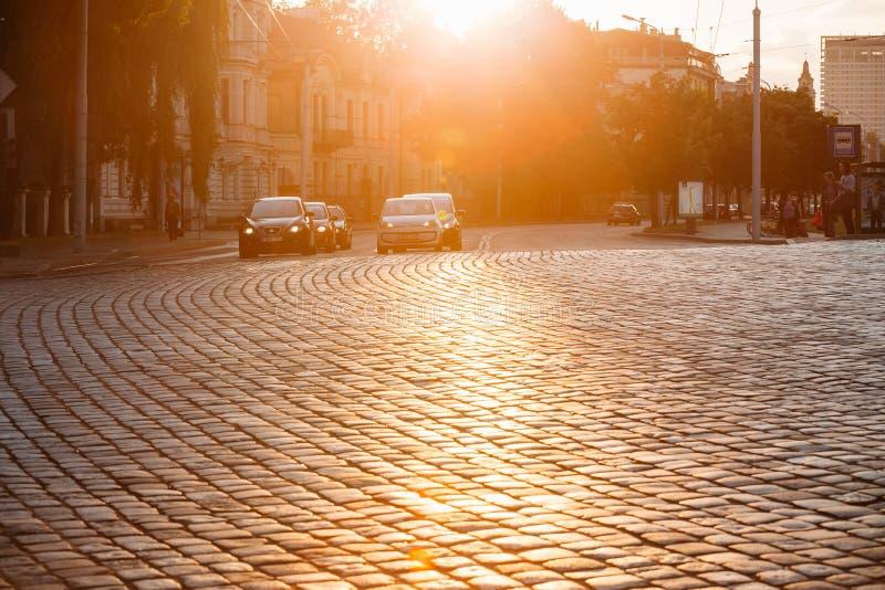 Vilnius Litauen Trafik på den Zygimantu gatan, gammal stad flytta sig för bilar royaltyfri fotografi