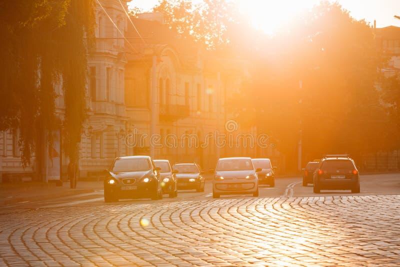 Vilnius Litauen Trafik på den Zygimantu gatan, gammal stad flytta sig för bilar arkivbild