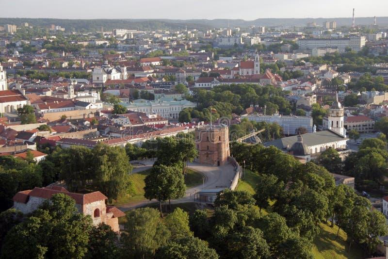 Vilnius, Litauen: von der Luftdraufsicht des Oberleders oder des Gediminas-Schlosses lizenzfreie stockfotografie