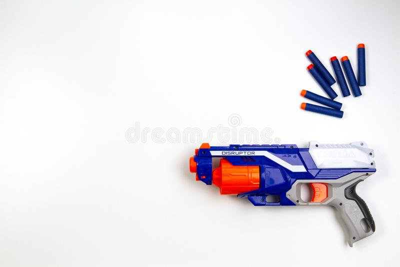 Vilnius, Lithuaania - 5. März 2019: Nerf-N-Streik-Auslese-Unterbrecherscheiben-Bläser-und Nachfüllungs-Kugel-Pfeile auf weißem Hi lizenzfreies stockbild