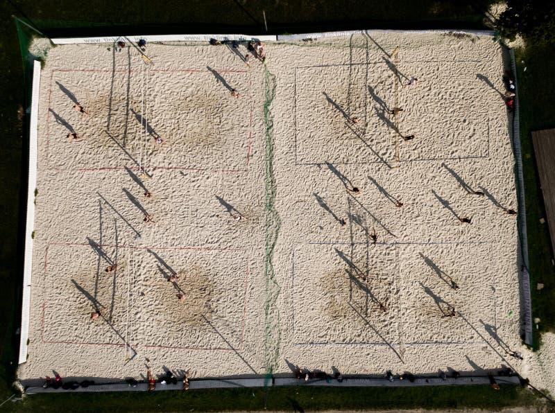VILNIUS LITHUANIA, MAJ, - 07, 2016: Plażowej siatkówki pole z graczami i cieniami na ziemi zdjęcie stock