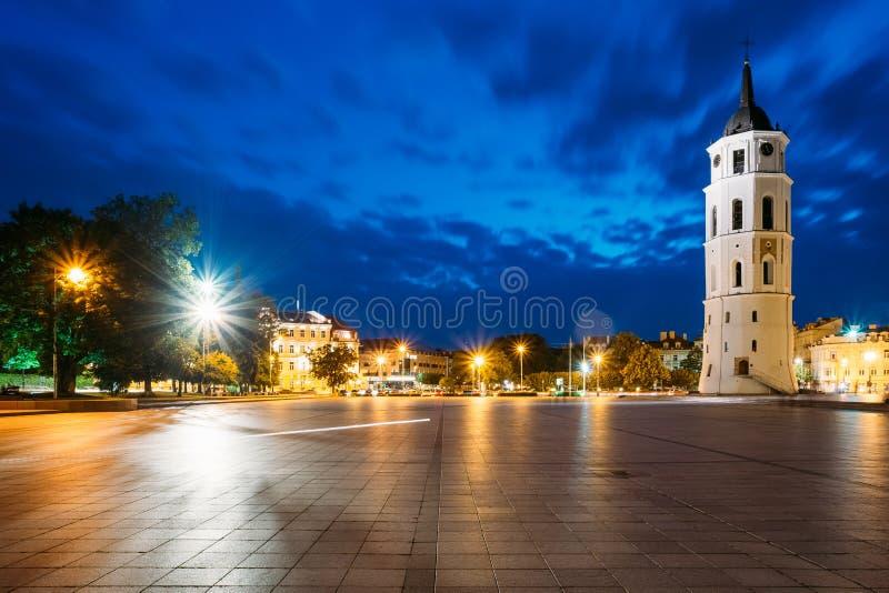 Vilnius, Lithuania Opinião da noite ou da noite da torre de Bell perto da catedral fotos de stock