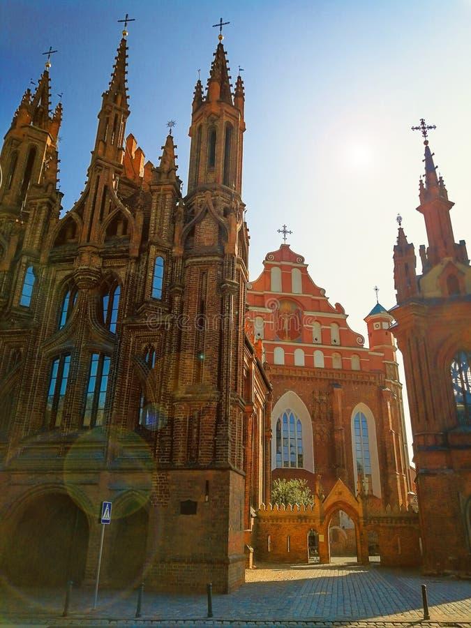 Vilnius, Lithuania Opinião Roman Catholic Church de St Anne e da igreja de St Francis o histórico e imagem de stock royalty free