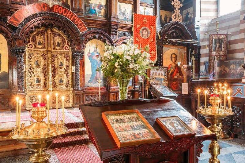 Vilnius Lithuania Pulpit Analogion Z Dwa ikonami Dla czczenia zdjęcia stock
