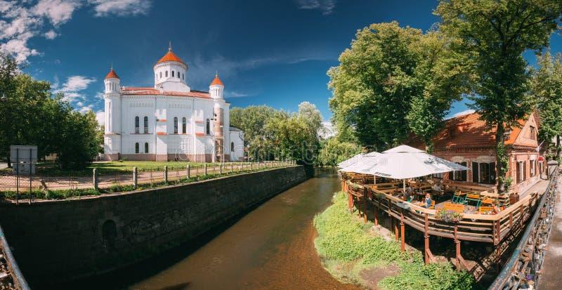 Vilnius, Lithuania Vista panorâmica da catedral de Theotokos na cidade de Vilnius e no café velhos da rua fotos de stock