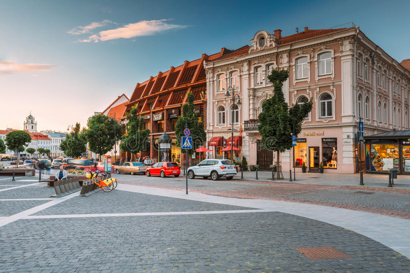Vilnius Lithuania Widok Didzioji ulica, Antyczny Showplace W Starym miasteczku Z Plenerową kawiarnią obraz royalty free