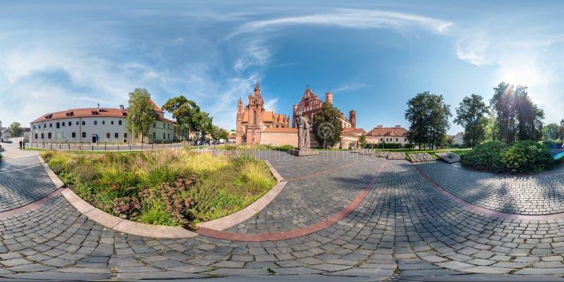VILNIUS LITHUANIA, WRZESIEŃ, - 2018, Folujący bezszwowi 360 stopni kąta widoku panoramy w starym mieście z piękny dekoracyjny śre obrazy stock