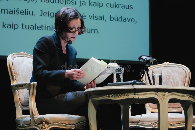 Vilnius Lithuanie - 11 avril 2011 Herta Muller lit son livre sur l'étape de théâtre photos libres de droits