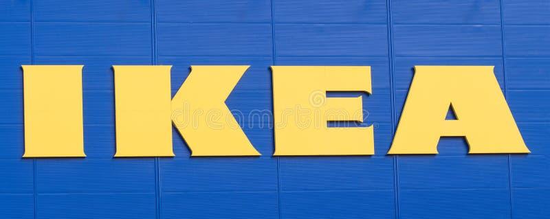 Vilnius, Lithuanie - 19 avril 2019 : Logo d'IKEA de société sur la façade du magasin d'entreprise des meubles pour la maison et l images libres de droits