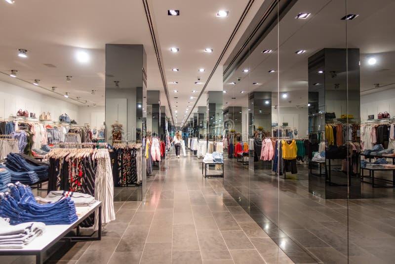 Vilnius Lithuanie, le 6 juillet 2018 : Intérieur de magasin de vêtements de mode de mangue à Vilnius La MANGUE est une conception photo stock