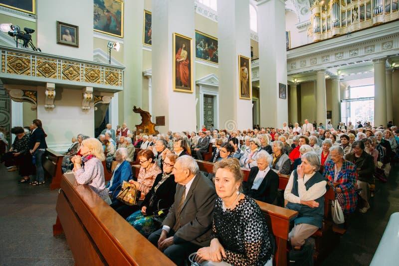 Vilnius, Lithuanie Les gens prient dans la basilique de cathédrale des saints photo libre de droits