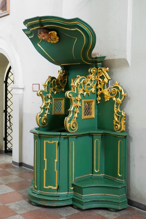 Vilnius, Lithuanie - 5 mai 2017 : Église intérieure de St Johns de rétro confessionnal à Vilnius photos stock