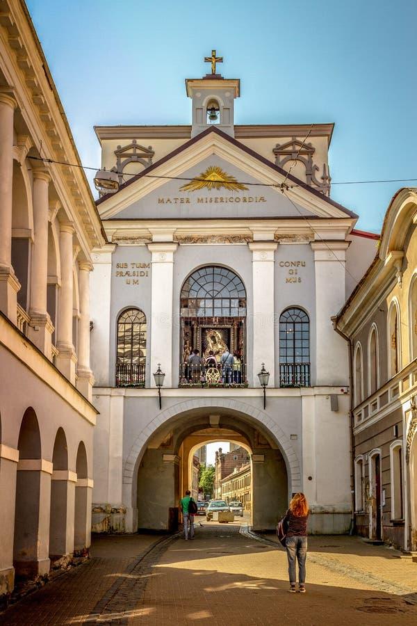 Vilnius, Lithuanie - 10 mai 2018 : La femme prennent la photo près de la porte de l'aube à Vilnius, Lithuanie photo libre de droits